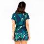 Blusa Raglã Comfy Arara e Folhas com Fundo Azul