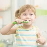 Uma das dúvidas que mais ouço as mamães e papais perguntarem na clínica é sobre a pasta de dente das crianças.
