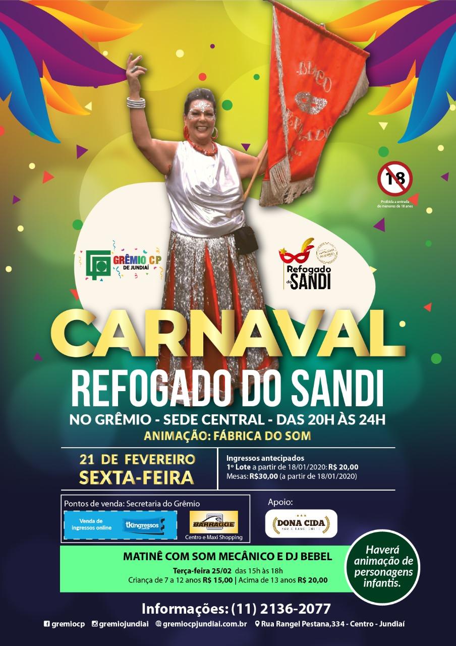 Cartaz de divulgação do Refogado do Sandi no Grêmio, com um fundo colorido e cheio de motivos e serpentinas de carnaval, e na frente uma senhora segurando um estandarte.