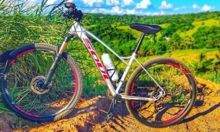 bicicleta com natureza ao fundo