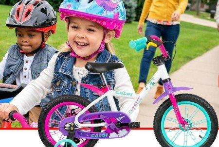 crianças e bicicleta infantil