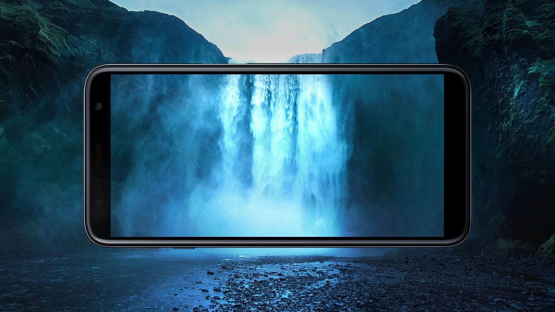 """Mais tela, mais para ver Prepare-se para ter uma experiência visual completamente nova. O Galaxy J6+ tem um incrível Display Infinito HD+ de 6,0"""" com proporção otimizada de 18.5:9. E com seu design leve e fino, você pode assistir aos seus conteúdos favoritos com mais conforto."""