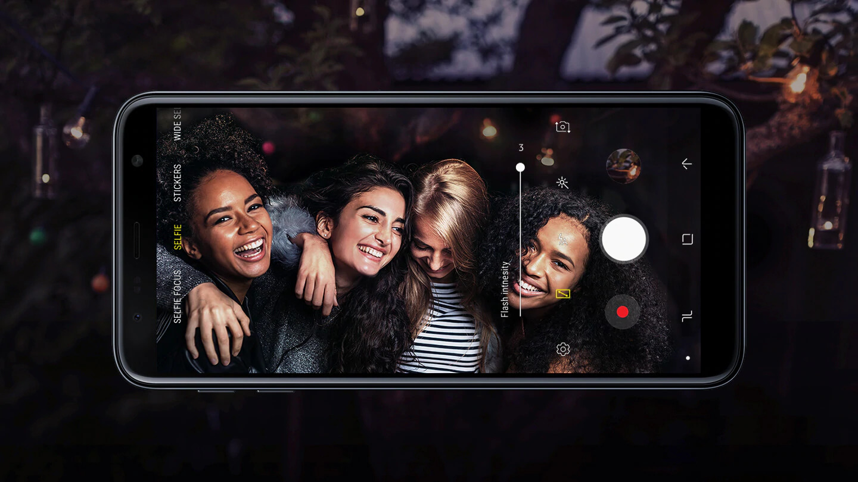 A forma mais clara de fotografar Fotografe com pouca luz. O Galaxy J6+ conta com câmera traseira dupla com lente de 13 MP (F1.9) e 5 MP (F2.2) e câmera frontal de 8 MP para que você fotografe com confiança em ambientes com baixa luminosidade. Graças ao seu flash de LED frontal com três níveis, você pode tirar selfies brilhantes.