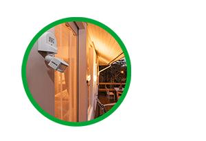 Acende e apaga a luz automaticamente com o Sensor de presença para iluminação ESP 180 AE Intelbras
