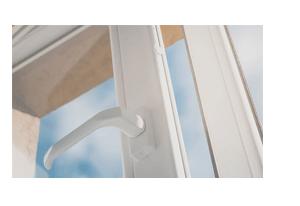 Instalação em portas e janelas de diferentes materiais com o Sensor de Abertura Intelbras Com Fio XAS de Embutir Black (5 Peças)