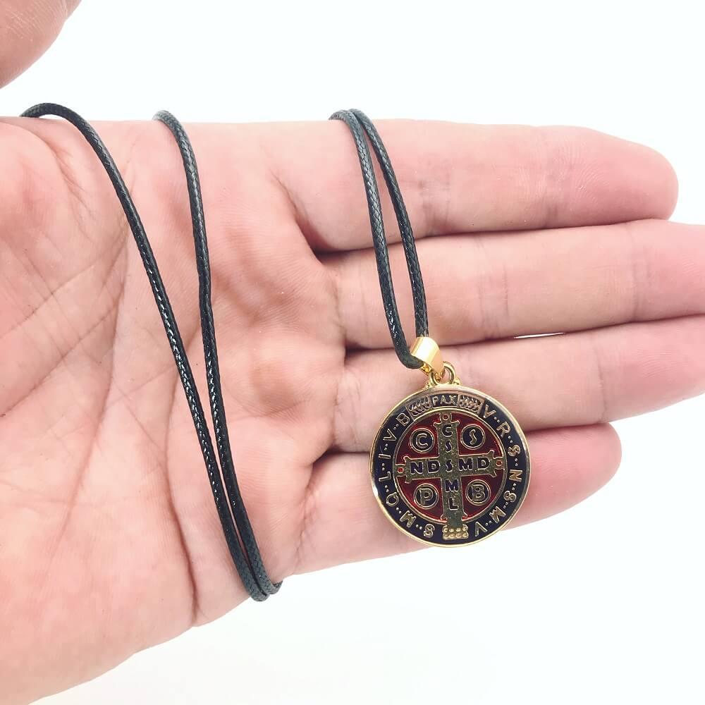Colar Cordão Pingente Medalha São Bento Colorida Dourado