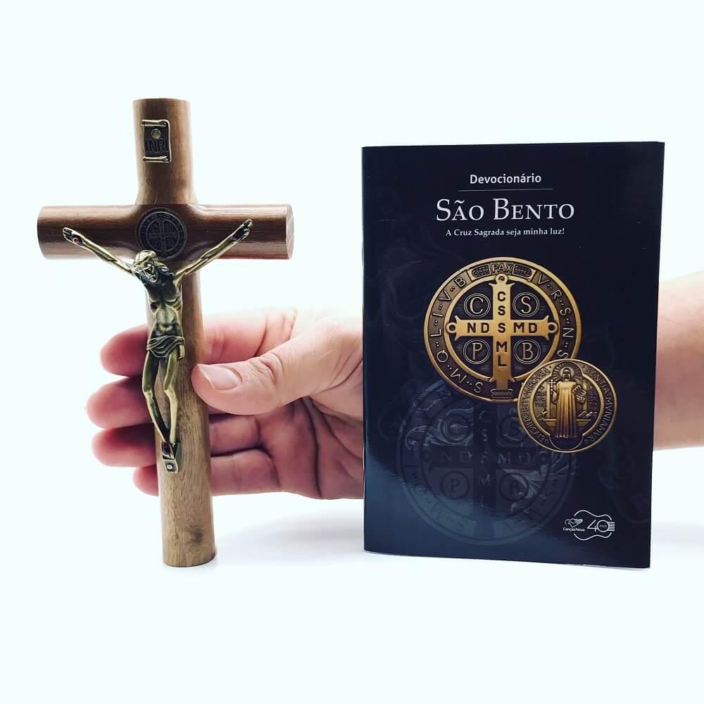Kit Crucifixo e Devocionário São Bento A Cruz Sagrada Seja Minha Luz