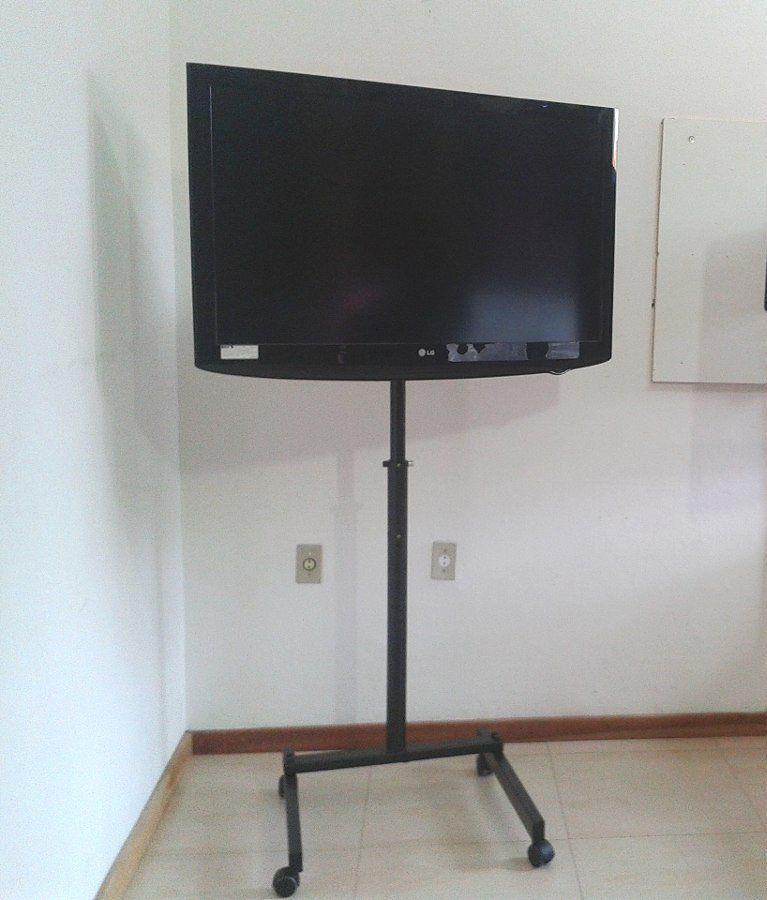 """Suporte de Piso C/ Rodízio Para TV de Até 70"""" - Visograf"""
