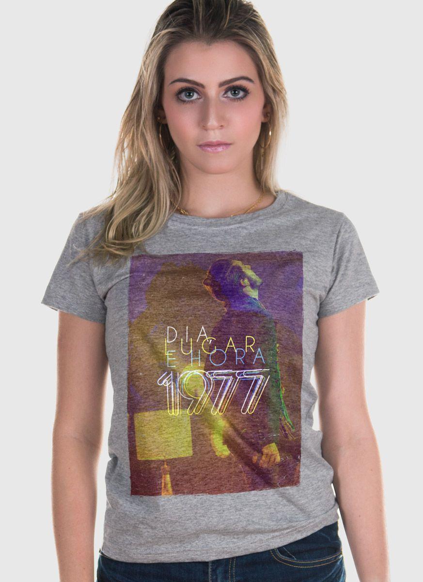 Camiseta Feminina Luan Santana 1977 Dia, Lugar e Hora Lights