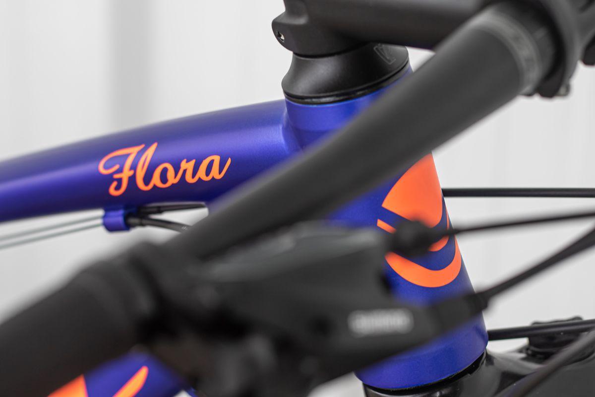 BICICLETA SOUL FLORA 27,5 TOURNEY 24V FREIO A DISCO HIDRAULICO AZUL E LARANJA