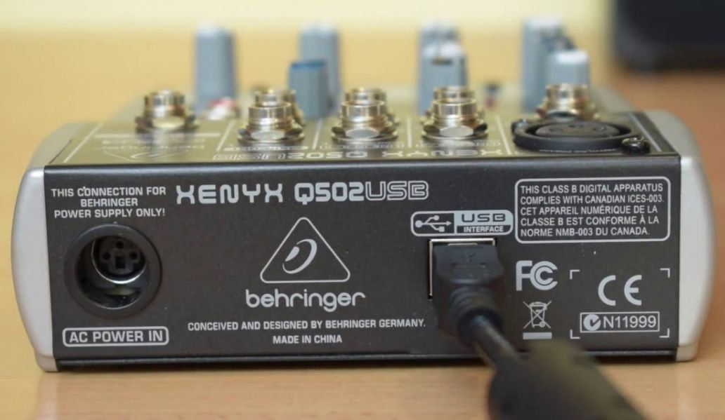 Behringer Xenyx Q502 Mesa de Som Xenyx Q-502 com Interface 5 Canais para Gravação