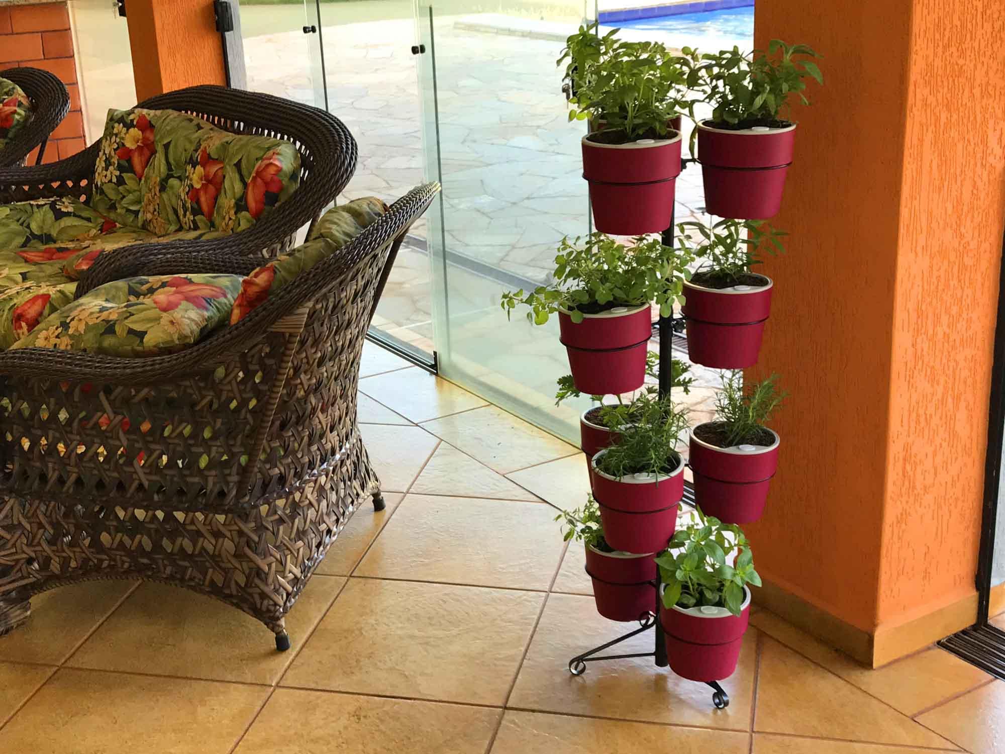 Kit Horta Vertical 10 Vasos Marsala Linha Plantar e Suporte de Chão Preto