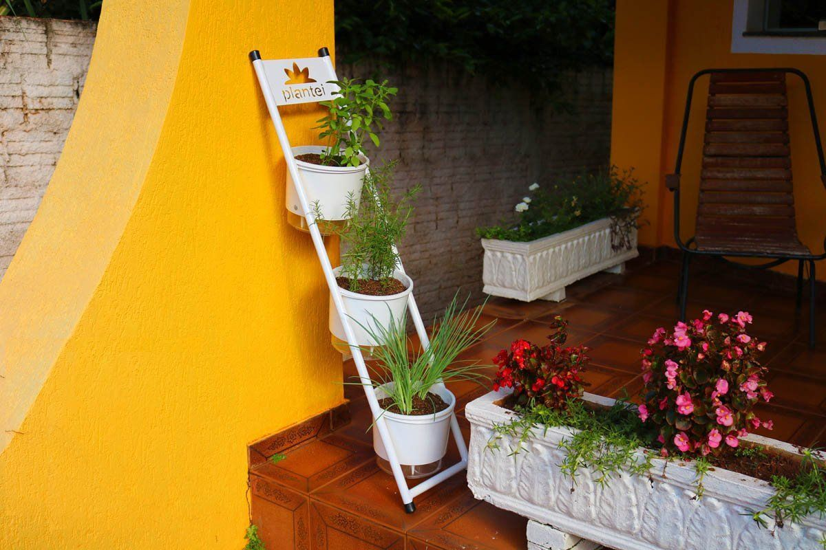 Kit Jardim Vertical 3 vasos Raiz grande N04 + suporte escadinha + substrato
