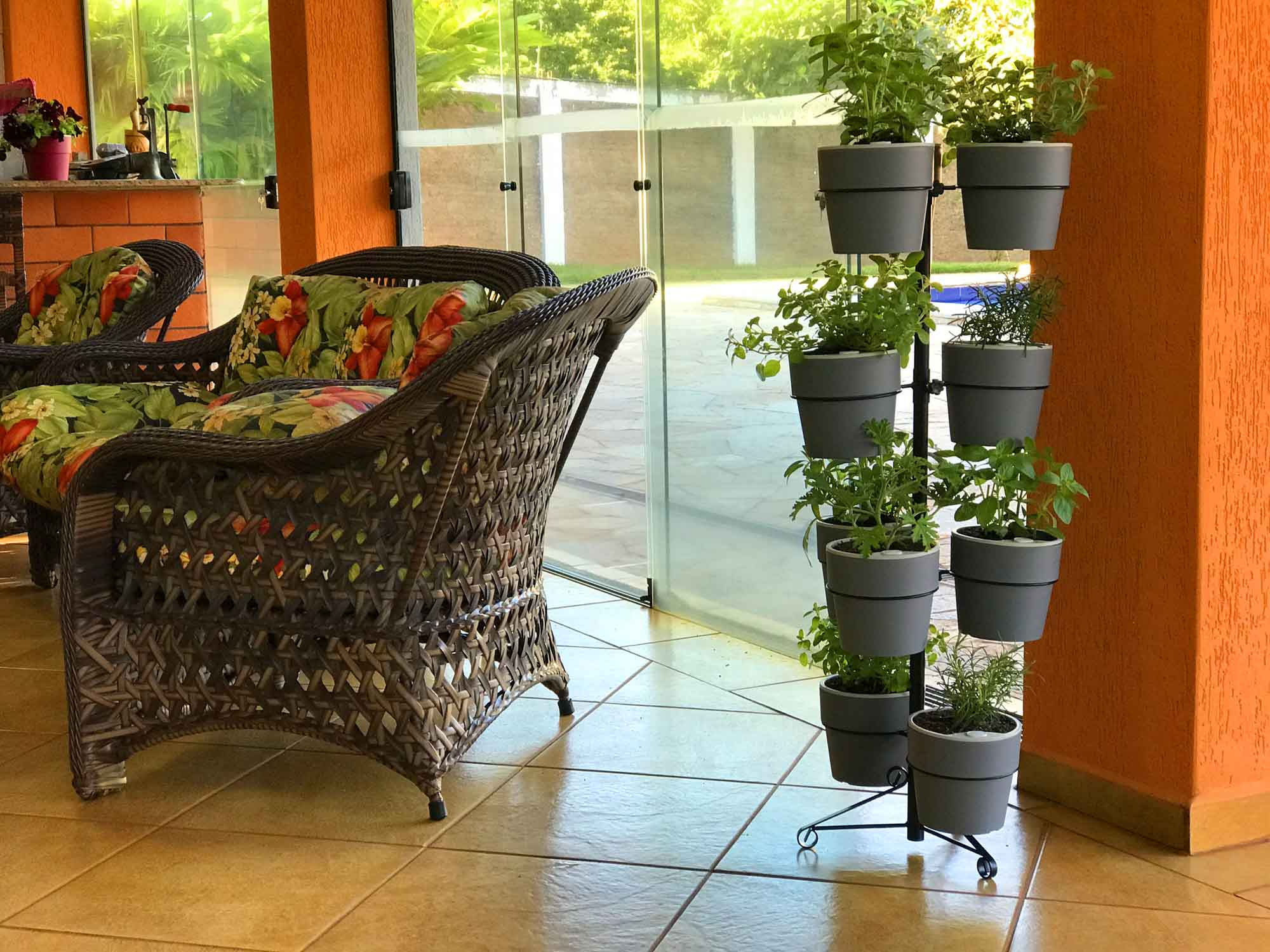 Suporte Preto de chão para 10 Vasos Autoirrigáveis G Linha Plantar (Não acompanha vasos e plantas)