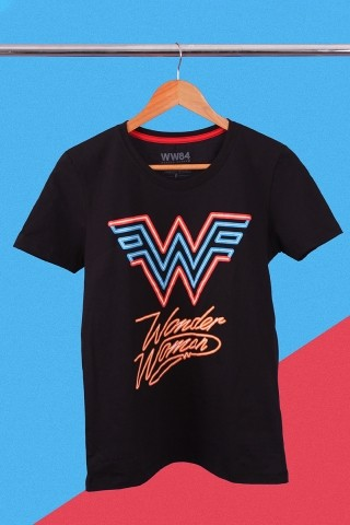 Camiseta Feminina Mulher Maravilha 1984 Logo Neon
