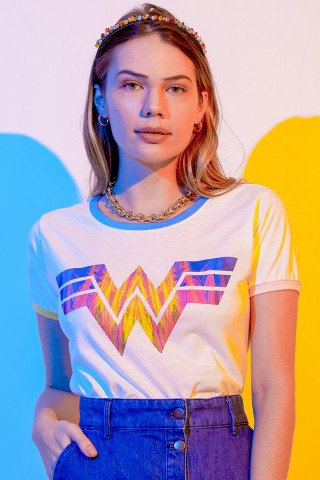 Camiseta Ringer Feminina Mulher Maravilha 1984 Logo Colorido