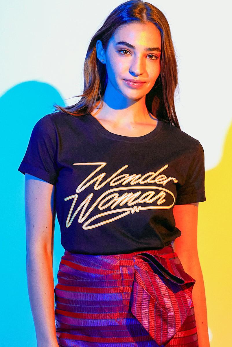 Camiseta Feminina Mulher Maravilha 1984 Assinatura Black