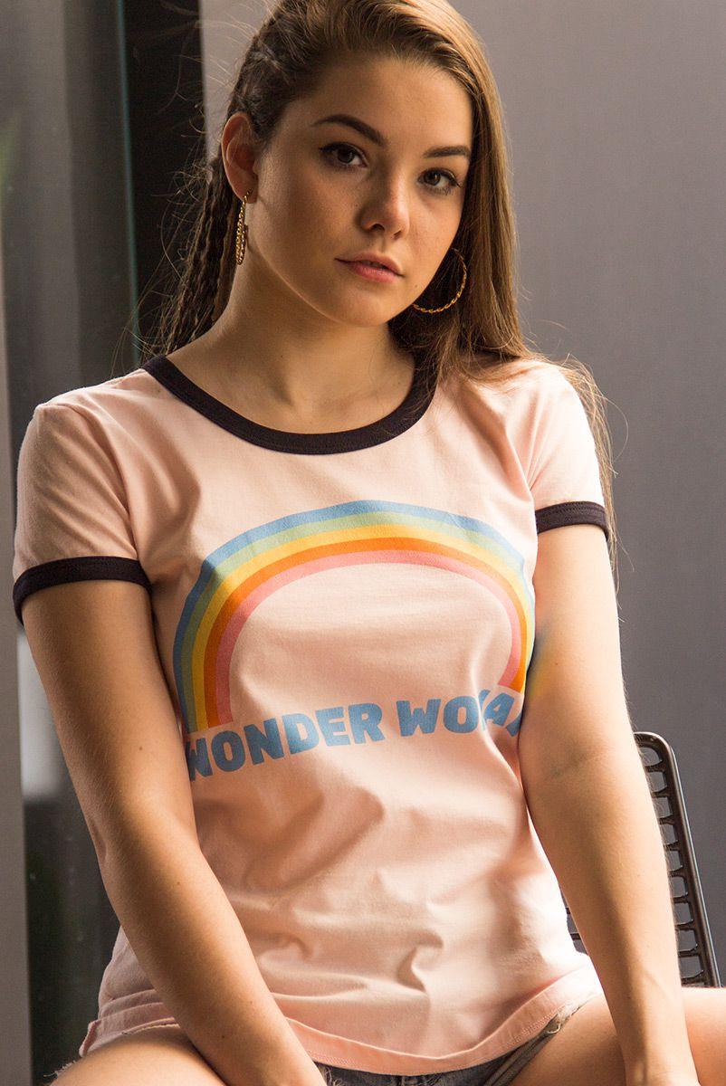 Camiseta Ringer Feminina Mulher Maravilha Rainbow