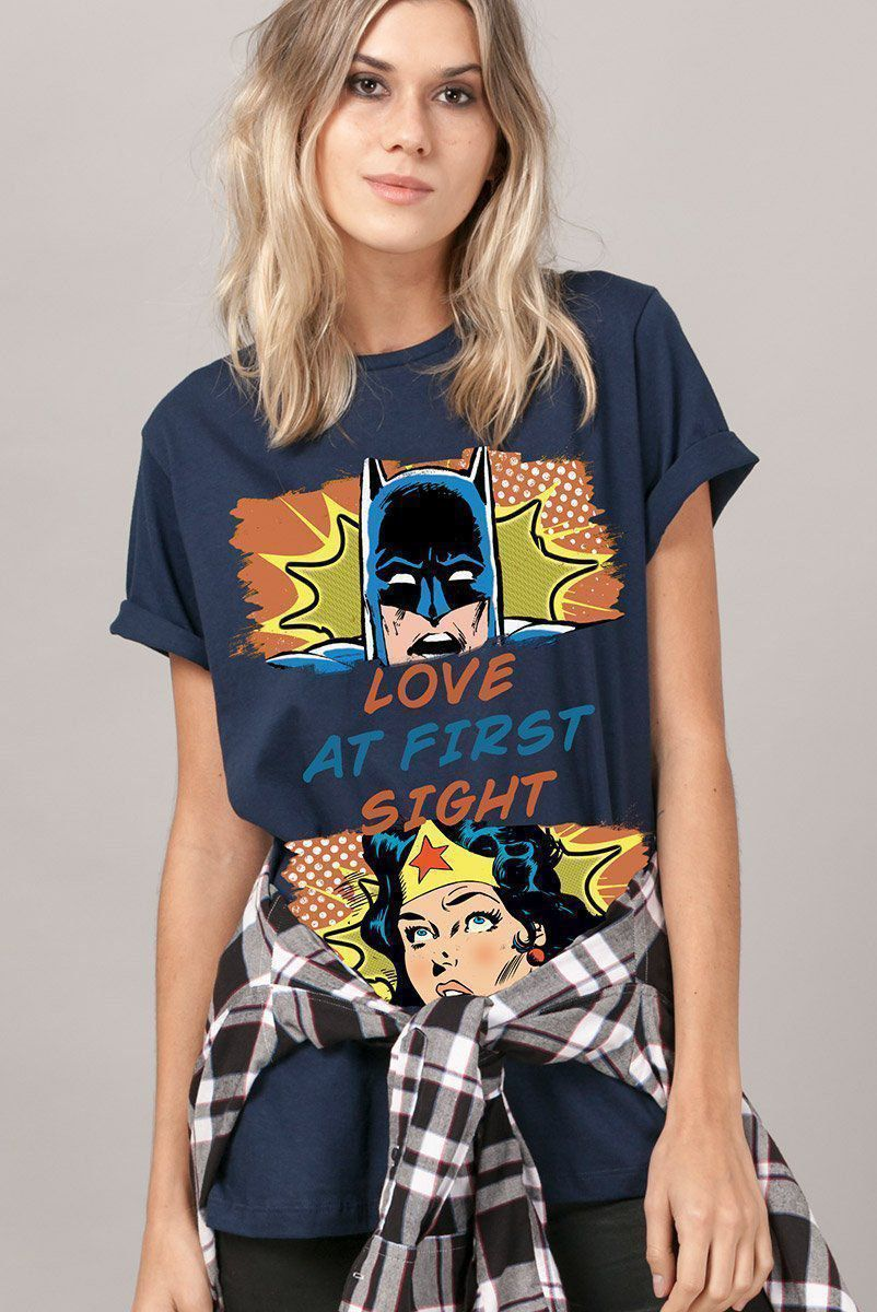 T-shirt Feminina Batman e Wonder Woman Love at First Sight