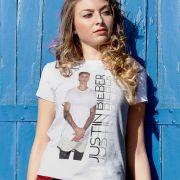 Camiseta Feminina Justin Bieber Standing Photo