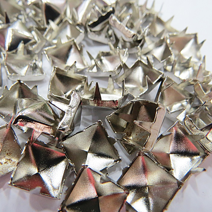 Tacha pirâmide Nº 18 níquel (500 unid.)- TAC032 ATACADO