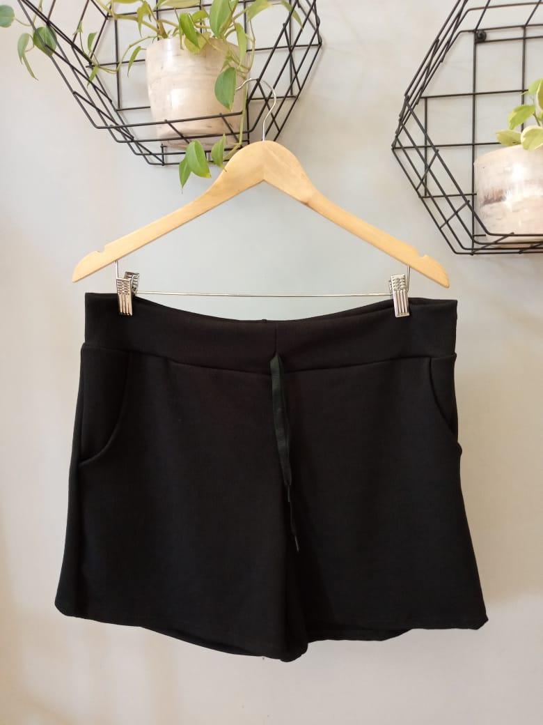 Shorts Curto Plus Size Bolsos Crepe -  Preto