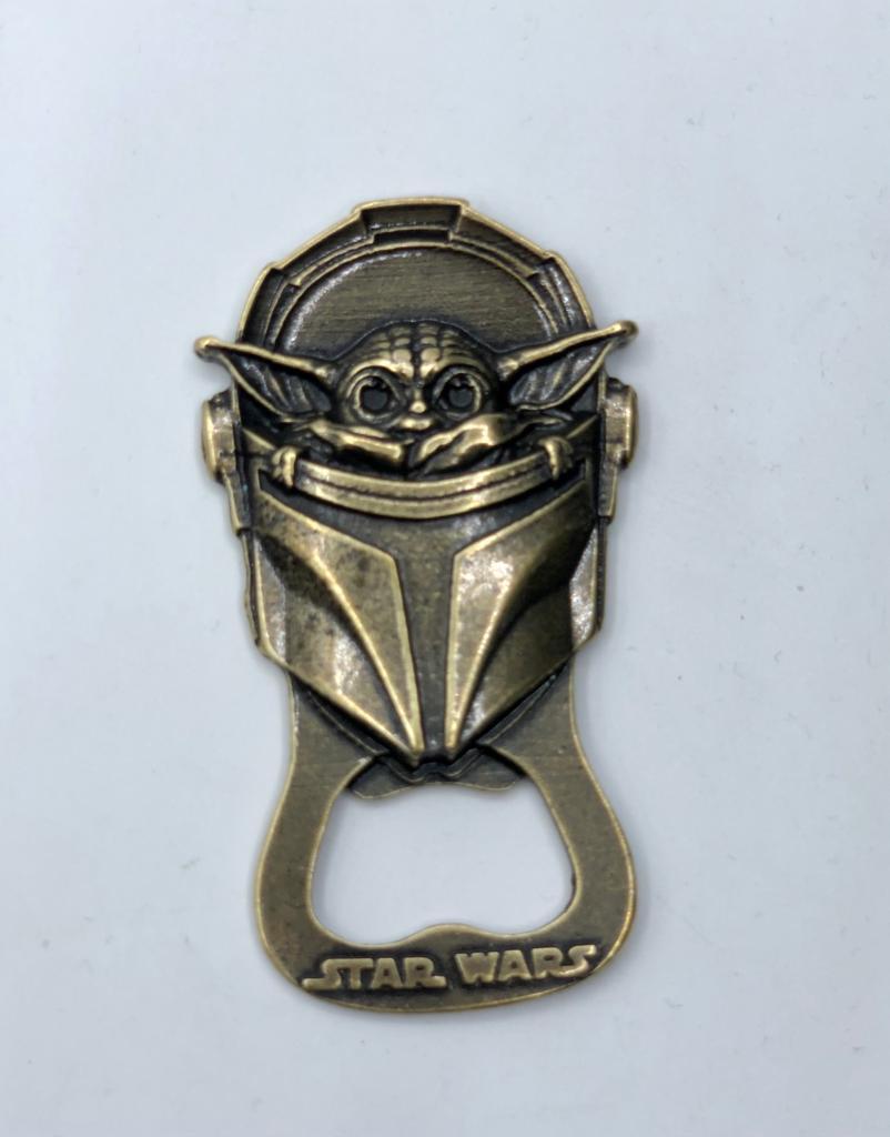 Abridor de Garrafa Com Imã Baby Yoda (The Child): Star Wars The Mandalorian (Dourado)