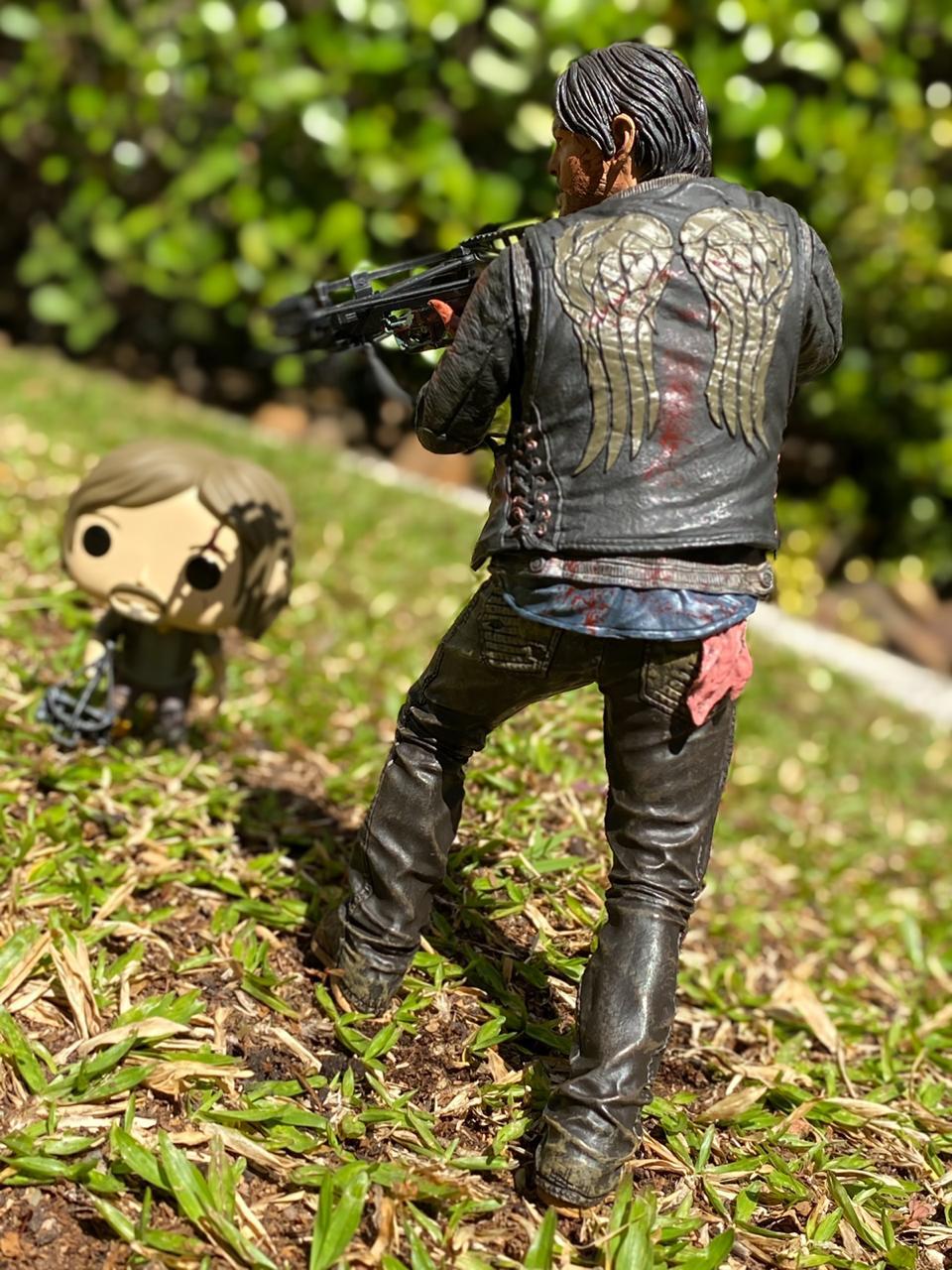 "Action Figure Daryl Dixon 10"": The Walking Dead (Deluxe) - McFarlane"