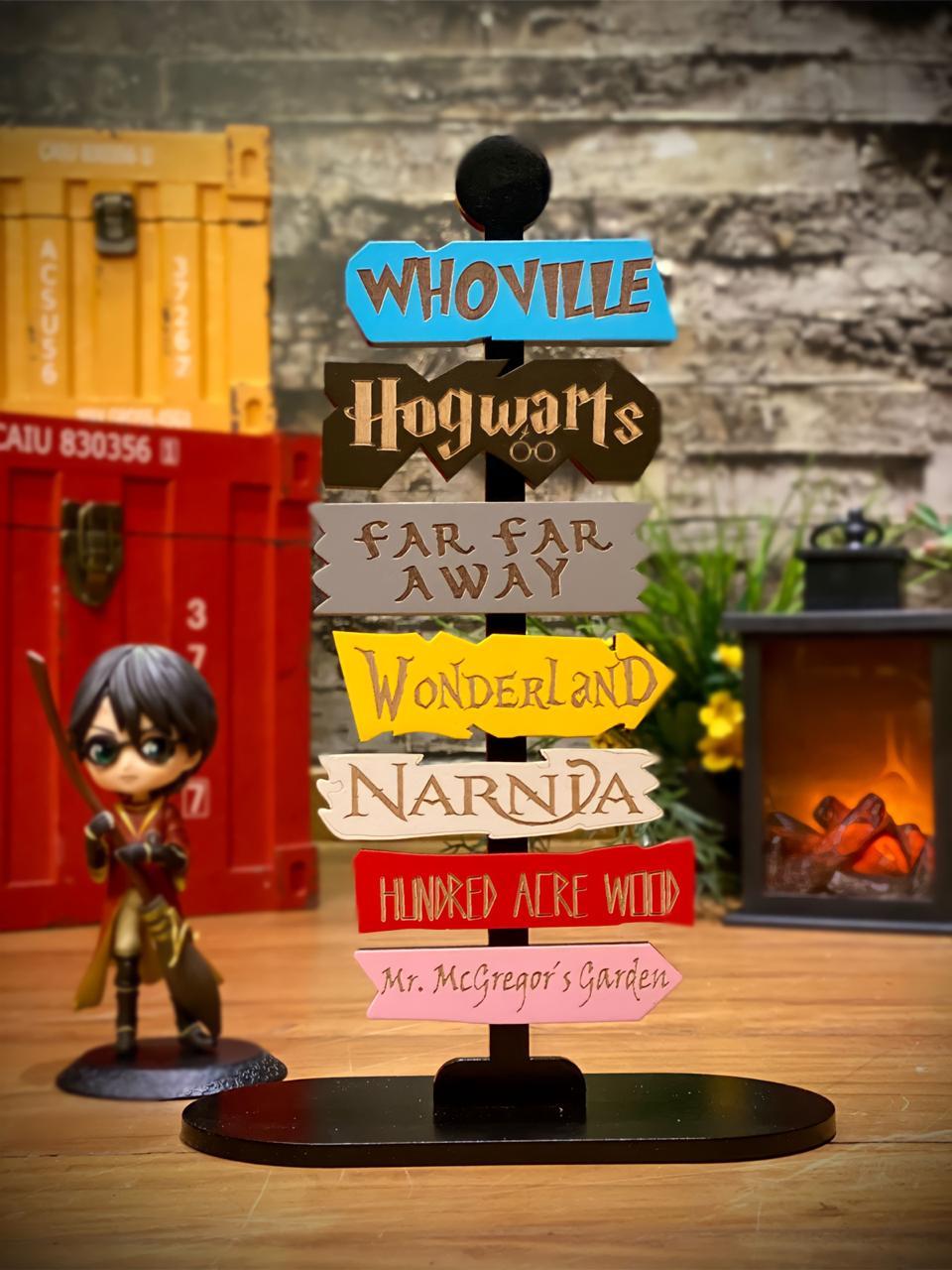Placa Decorativa Adorno Sete Mundos Geek (Narnia, Grinch, Shrek, Alice País das Maravilhas, Ursinho Pooh, Peter O Coelho, Bruxo Hogwarts)