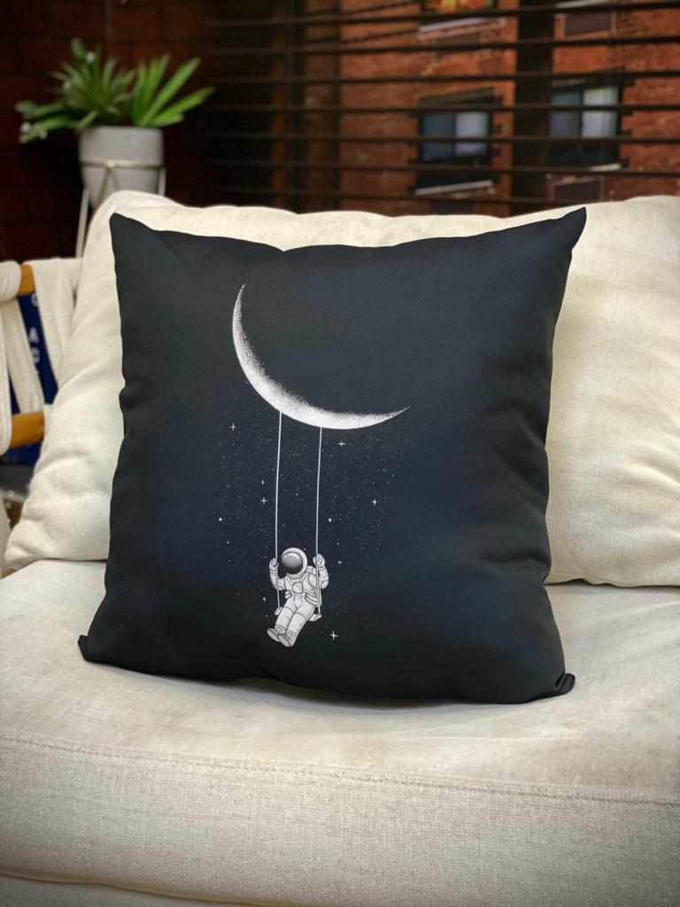 Almofada Astronaut Swing Moon Space Nasa Astronauta Balanço na Lua Espaço (Preta)