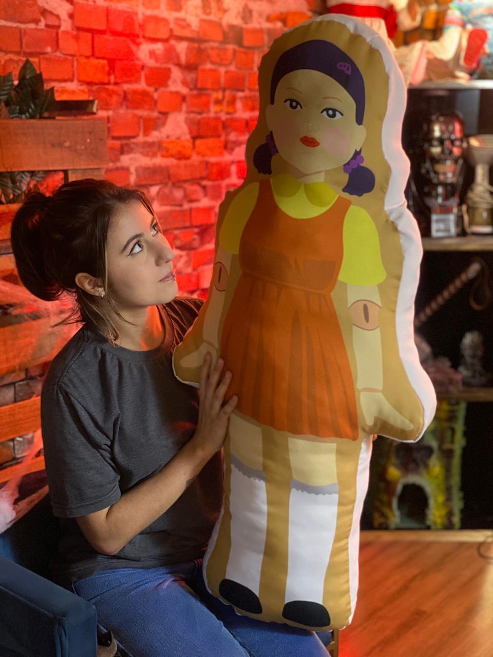 Almofada Busto 3D Boneca Batatinha Frita 1 2 3 Green Light Red Light Round 6 Squid Game Netflix - EV
