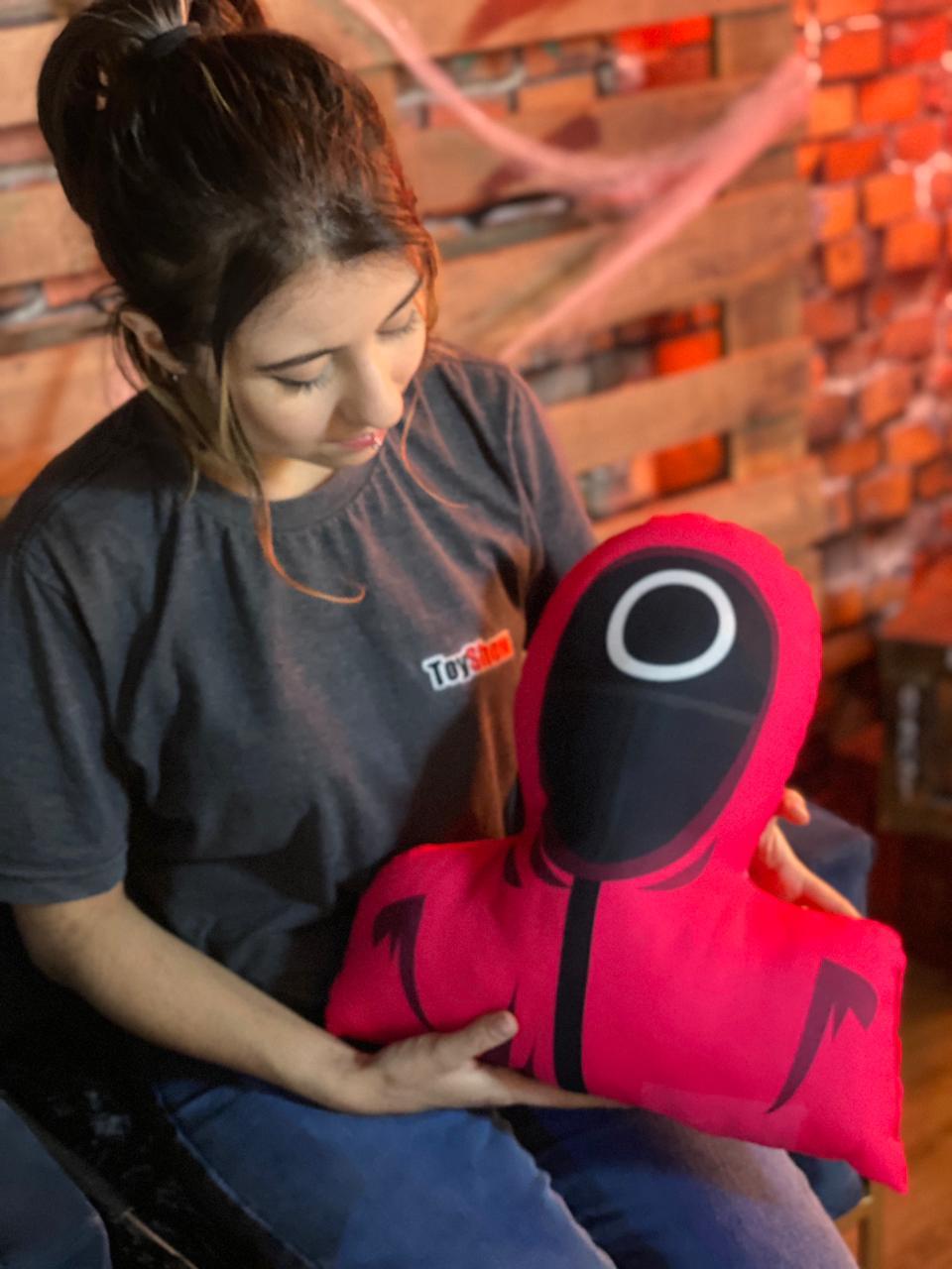 Almofada Busto 3D Símbolo Redondo Operário Round 6 Squid Game Netflix - EV