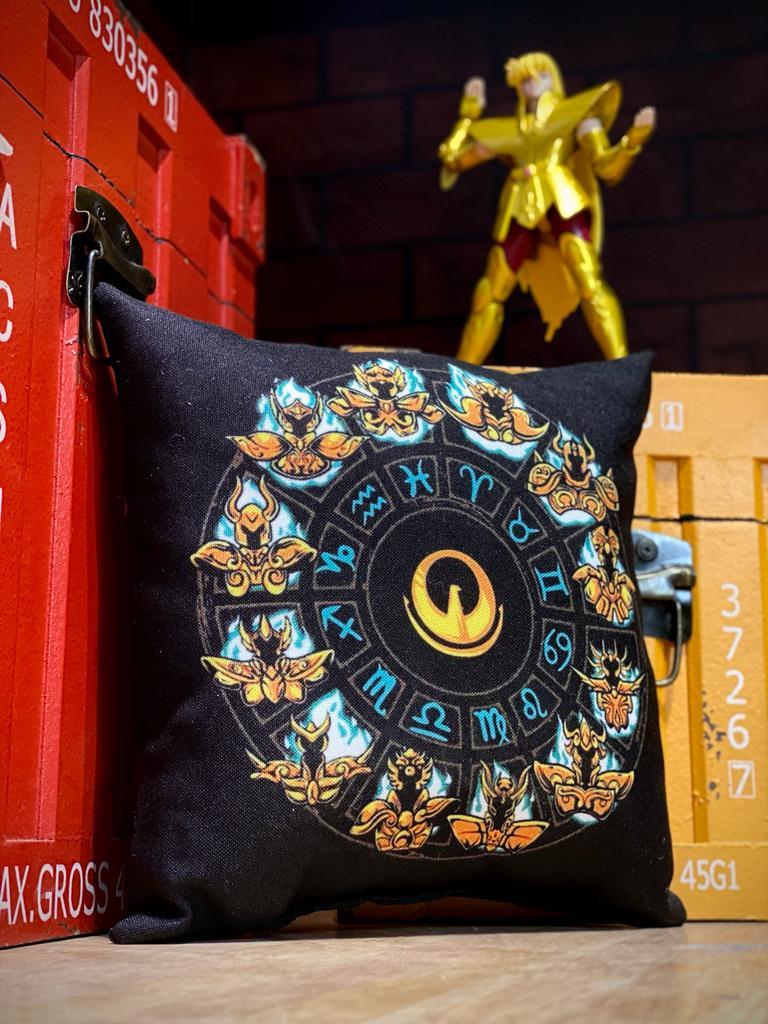 Almofada Cavaleiros do Zodíaco Saint Seiya Signos Armaduras de Ouro Pequeno (Preto) - Anime Mangá