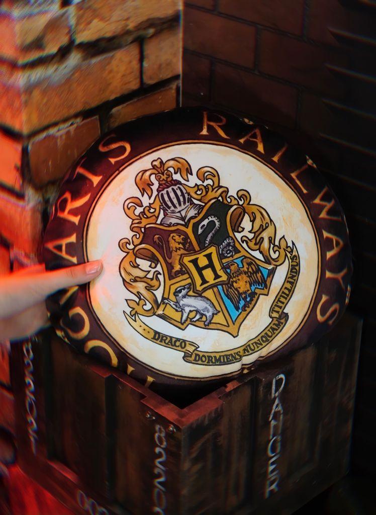 Almofada Redonda Hogwarts Escola de Bruxos: Harry Potter - Zona Criativa