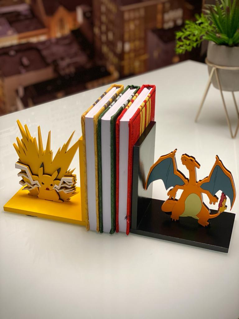 Aparador Porta Livro Pikachu, Choque do Trovão e Charizard - Pokémon