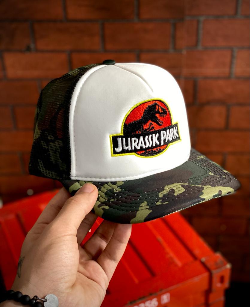 Boné Trucker Aba Curva Camuflado: Logo Jurassic Park - EV
