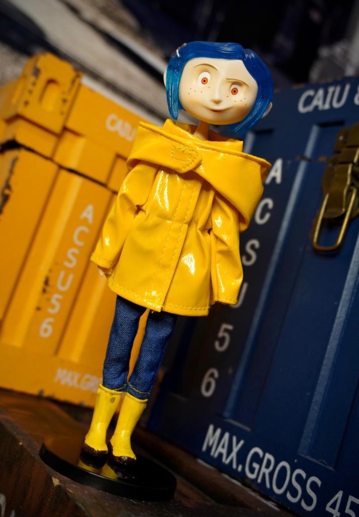 Boneco Coraline com Capa de Chuva (Rain Coat) Bendy Fashion Doll - EV