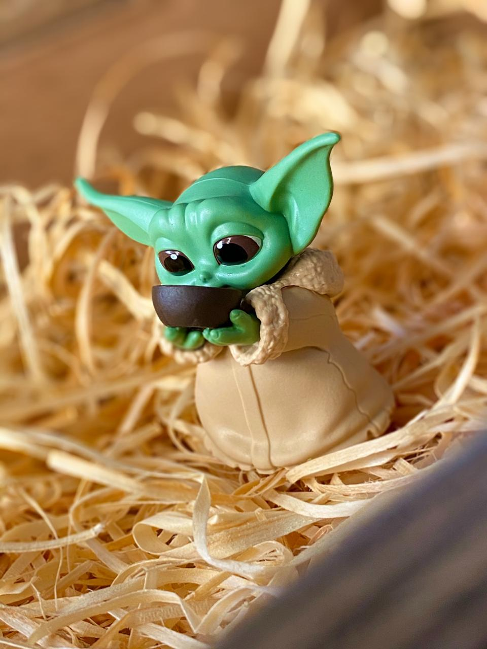 Boneco Grogu ''Baby Yoda'' Sipping Soup (The Child): The Mandalorian (Star Wars) - Hasbro