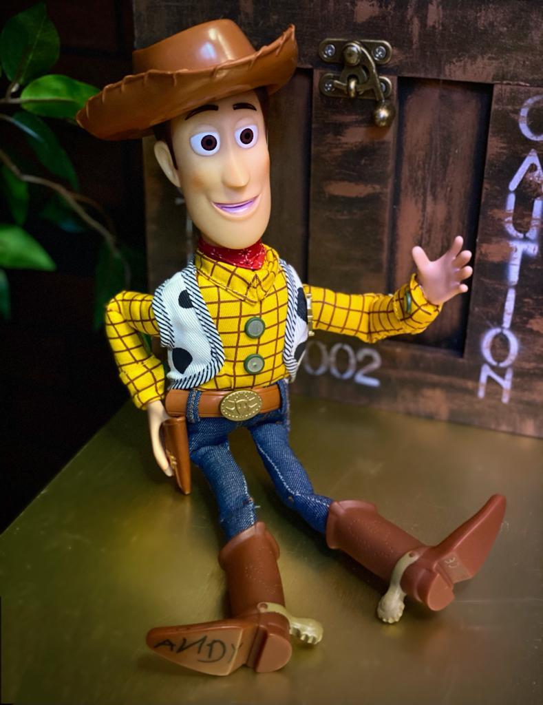 Brinquedo Boneco Xerife Cowboy Woody: Toy Story Com Som