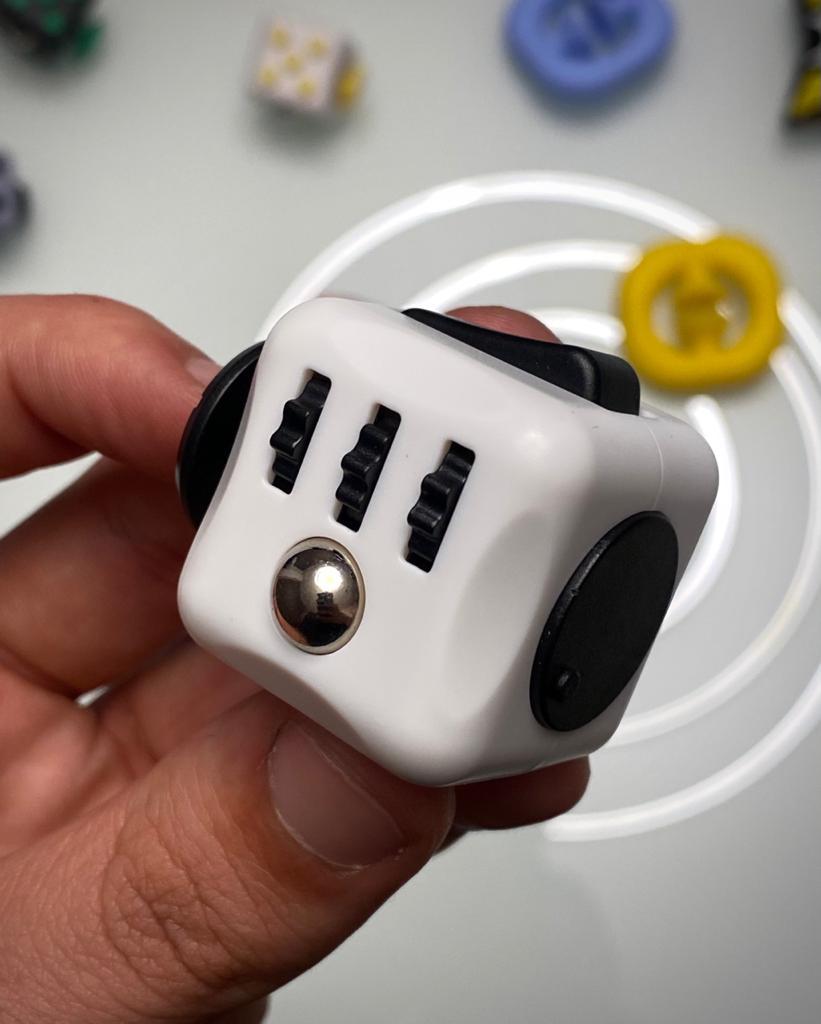 Brinquedo Fidget Pop Tube Stress Ball Wacky Track Squish SquishMallow Cube Spinner Branco com Preto - Rolamento Anti Estresse Fidget Cubo Cube Spinner