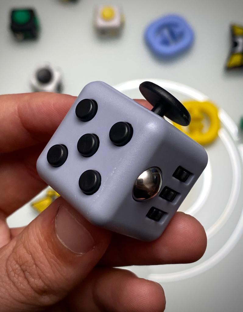 Brinquedo Fidget Pop Tube Stress Ball Wacky Track Squish SquishMallow Cube Spinner Cinza com Preto - Rolamento Anti Estresse Fidget Cubo Cube Spinner