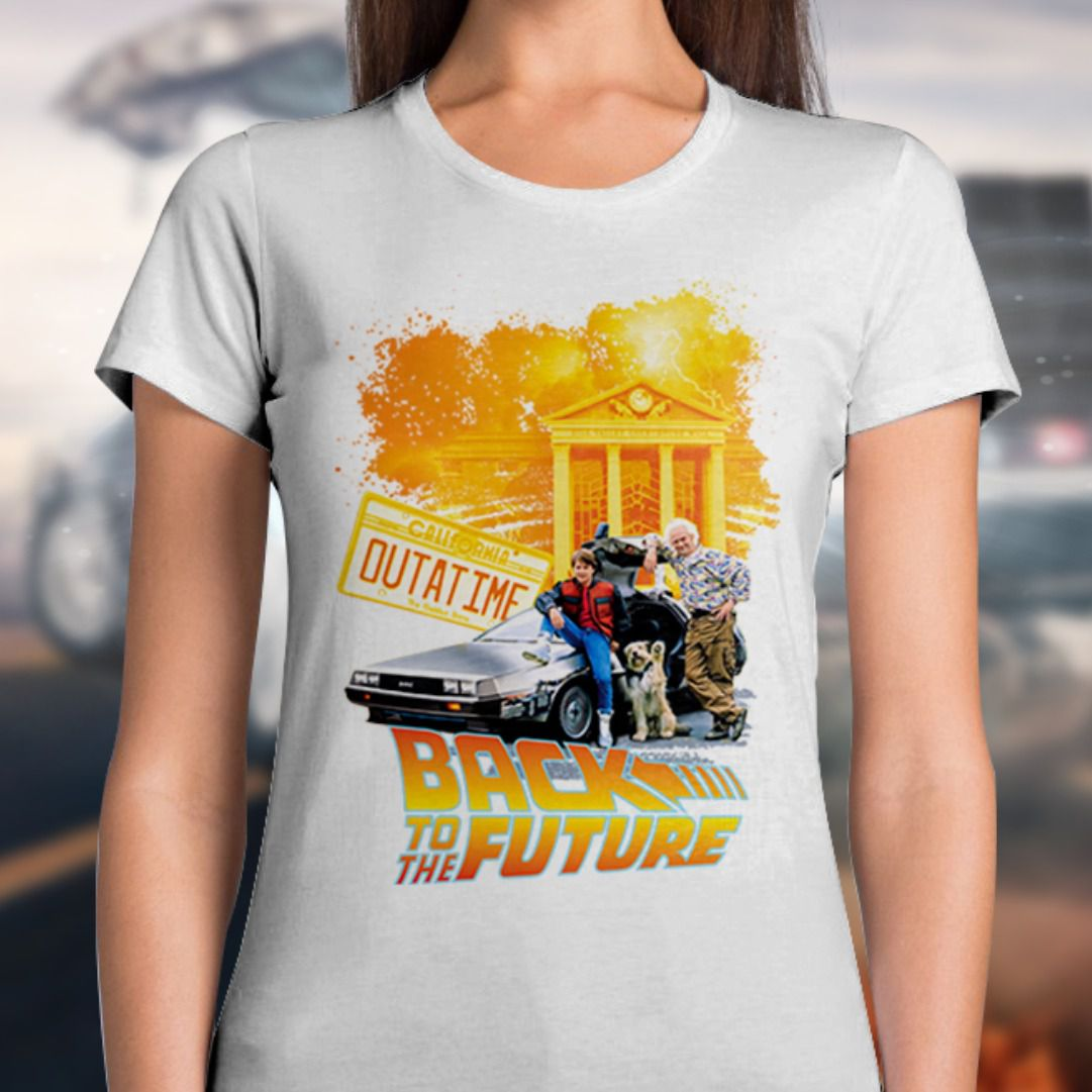 Camiseta Feminina De Volta Para o Futuro (Back To The Future): Outatime (Branco)