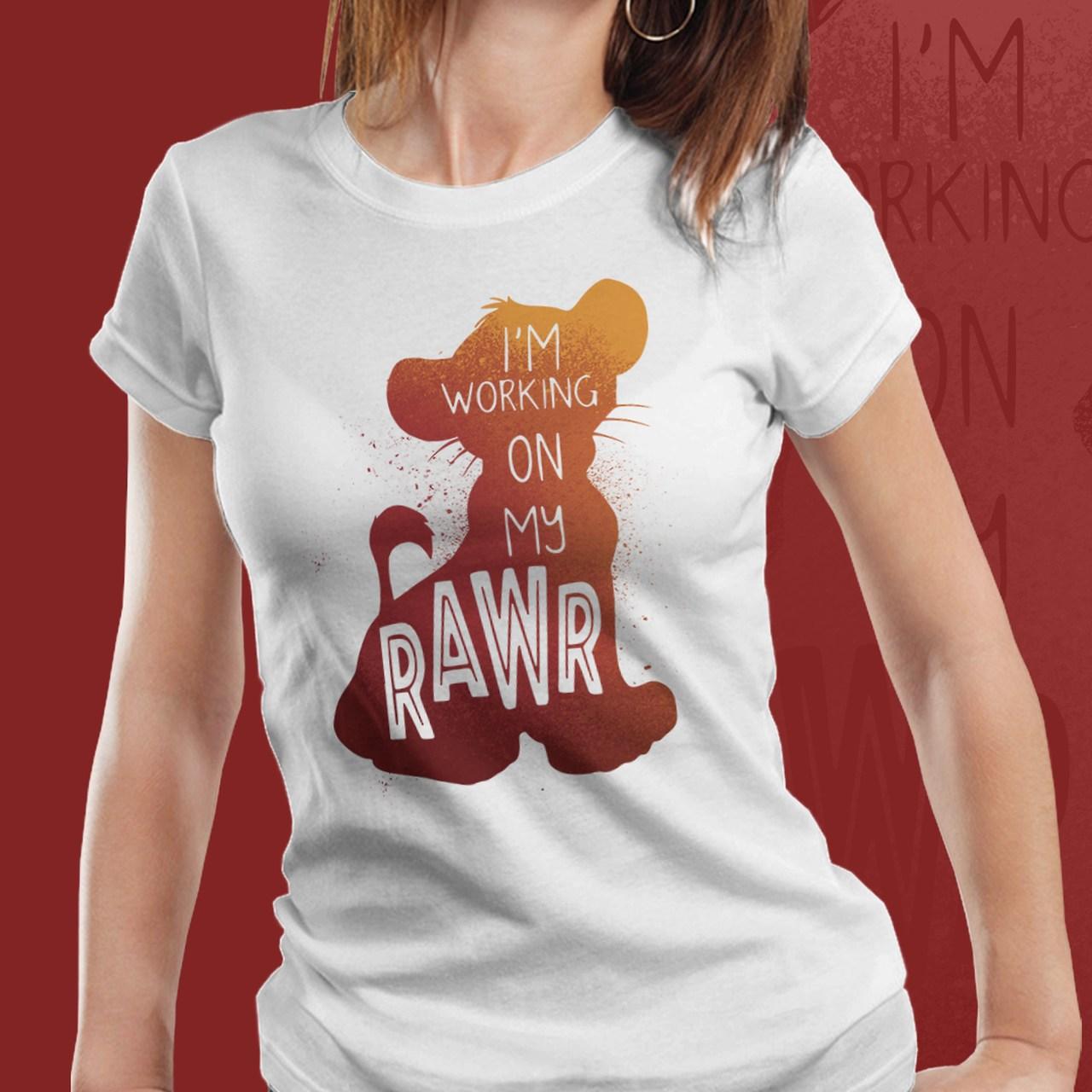 "Camiseta Feminina Simba ""I'm working on my rawr"": O Rei Leão"