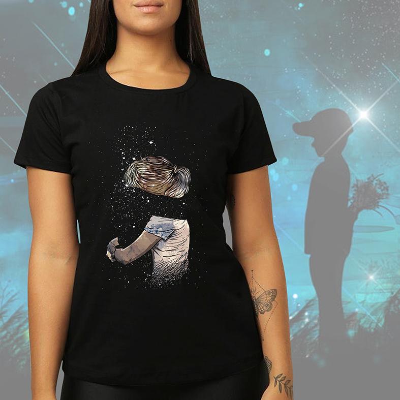 Camiseta Feminina Unissex Abraço Cuidado Sentimento Espaço Estrelas Garota Space Nasa (Preta) - EV
