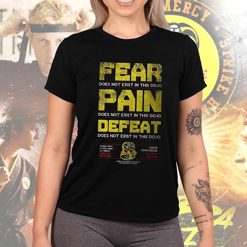 Camiseta Feminina Unissex Fear Pain Defeat Does Not Exist In This Dojo Sensei John Kreese Cobra Kai (Preta) - EV