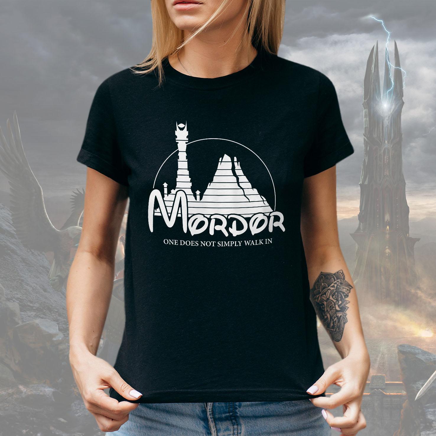 Camiseta Feminina Unissex Mordor One Does Not Simply Walk In Lord Of The Rings Disney O Senhor Dos Anéis (Preta) - EV