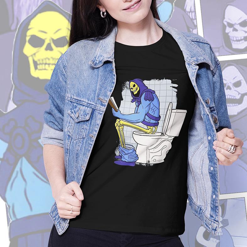 Camiseta Feminina Unissex Skeletor Esqueleto Cagando Lendo Livro (Preta) - EV