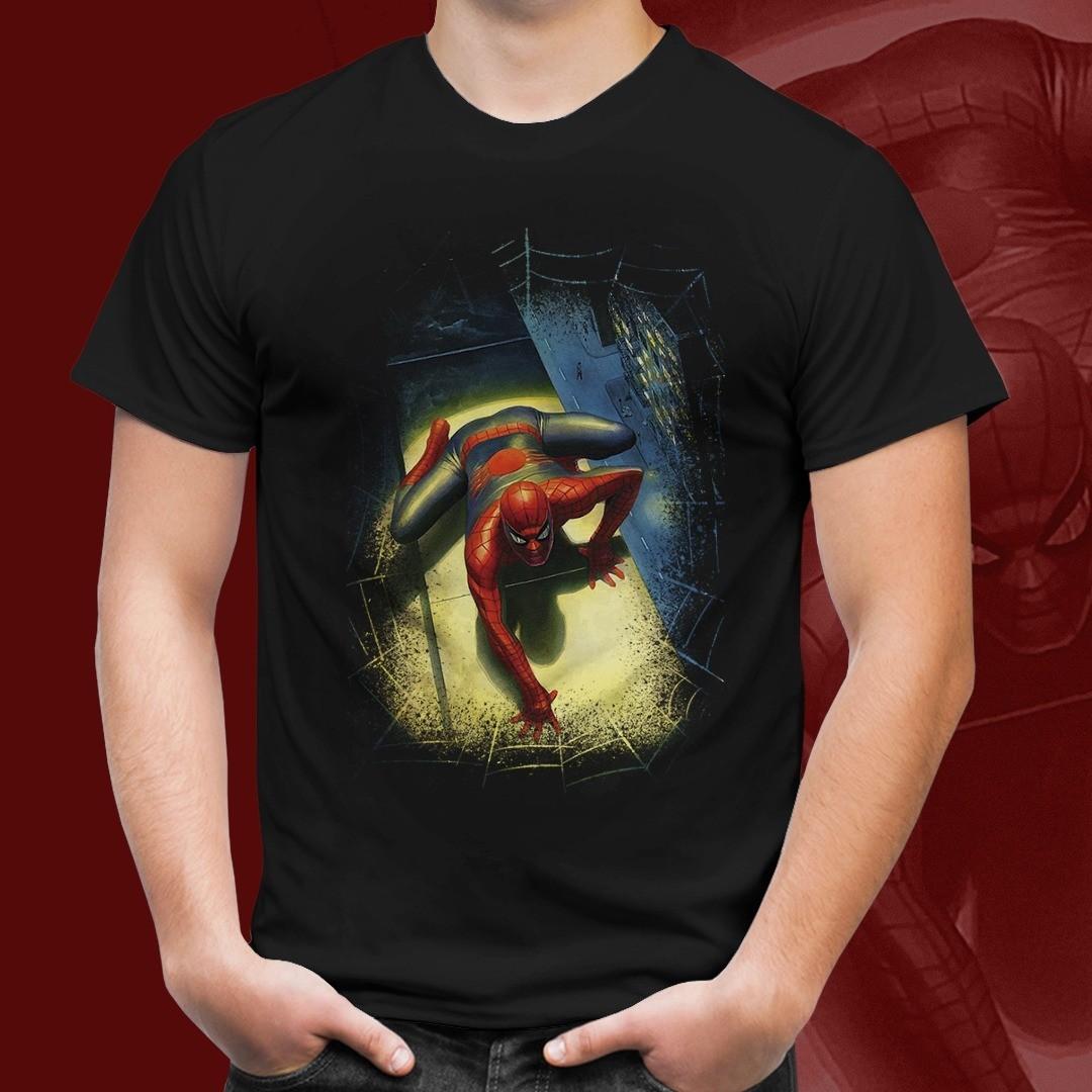 Camiseta Homem Aranha (Escalando): Homem Aranha (Preto)