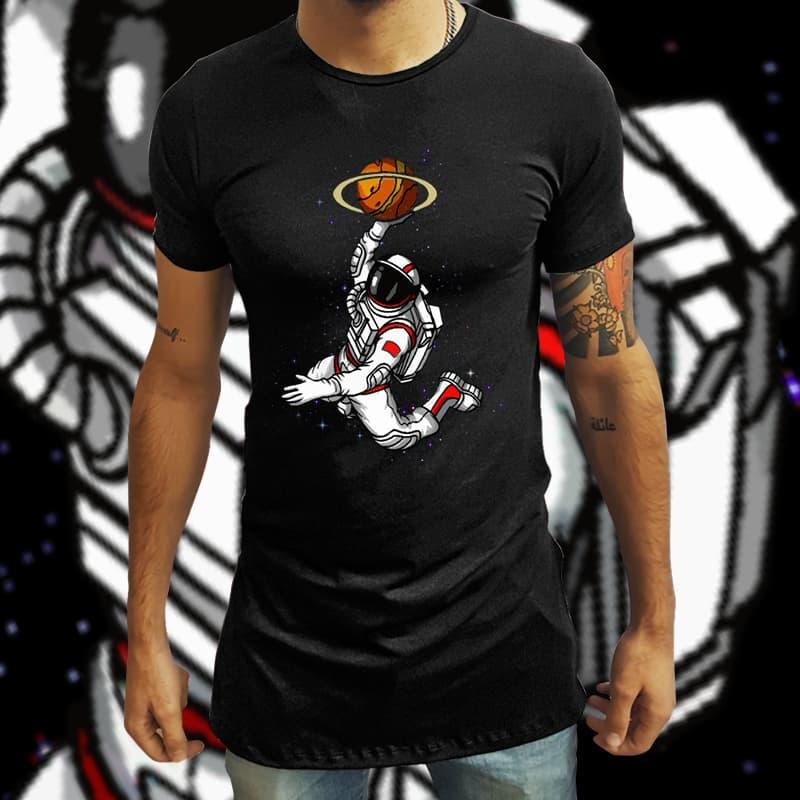 Camiseta Long Line Astronauta Jogando no Espaço (Preto) - EV