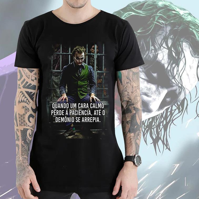 Camiseta Longline Quando Um Cara Calmo Perde a Paciência, Até o Demônio Se Arrepia The Joker Heath Ledger (Preta) - EV